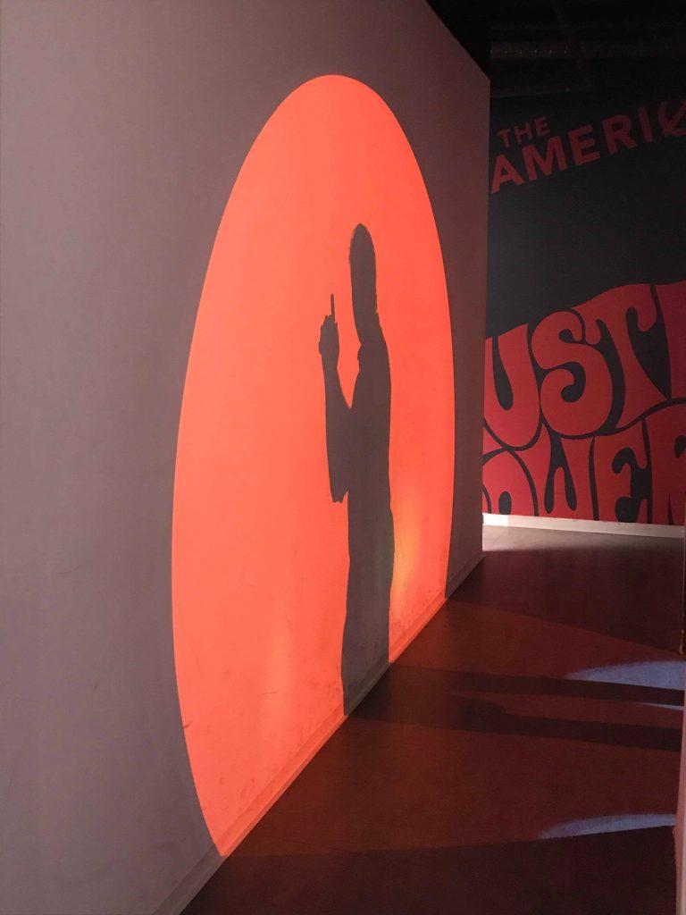 Foran poseringsveggen på spionmuseet