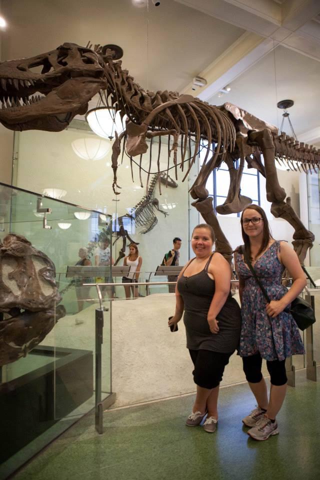 Jeg og Sigrid poserer foran skjelettet til det jeg tror er en Tyranoseurus Rex