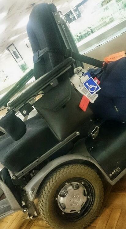 Elektriske rullestol merket med en fin blå lapp med rullestolsymbol