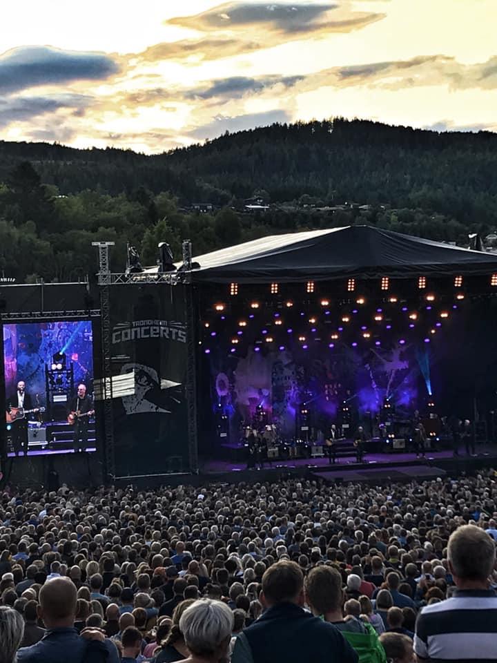 Sivert Høyem gjester Åge Aleksandersen og Sambandet. Kveldsbilde av scenen med et hav av publikum foran