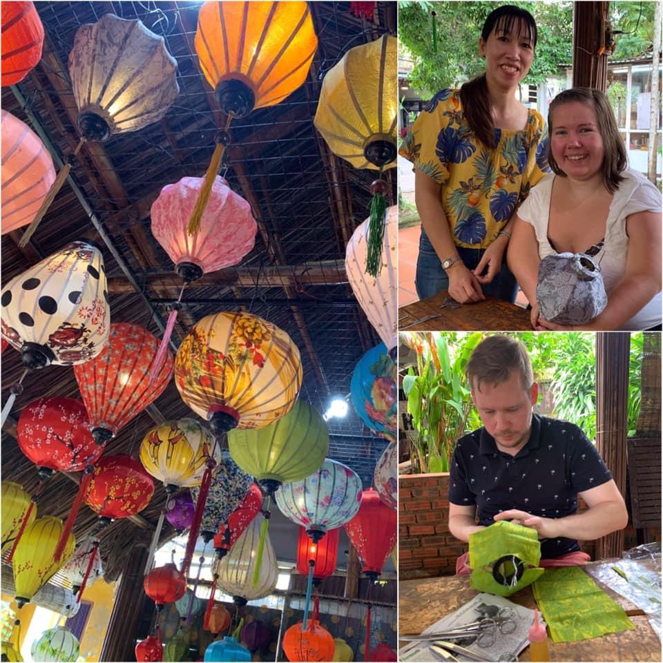 Lanternelaging i Hoi An: tredelt bilde; mange fargerike lanterner hengende fra taket, jeg holder lanternen min sammen med en av de ansatte og min kjære legger silketøy på sin lanterne