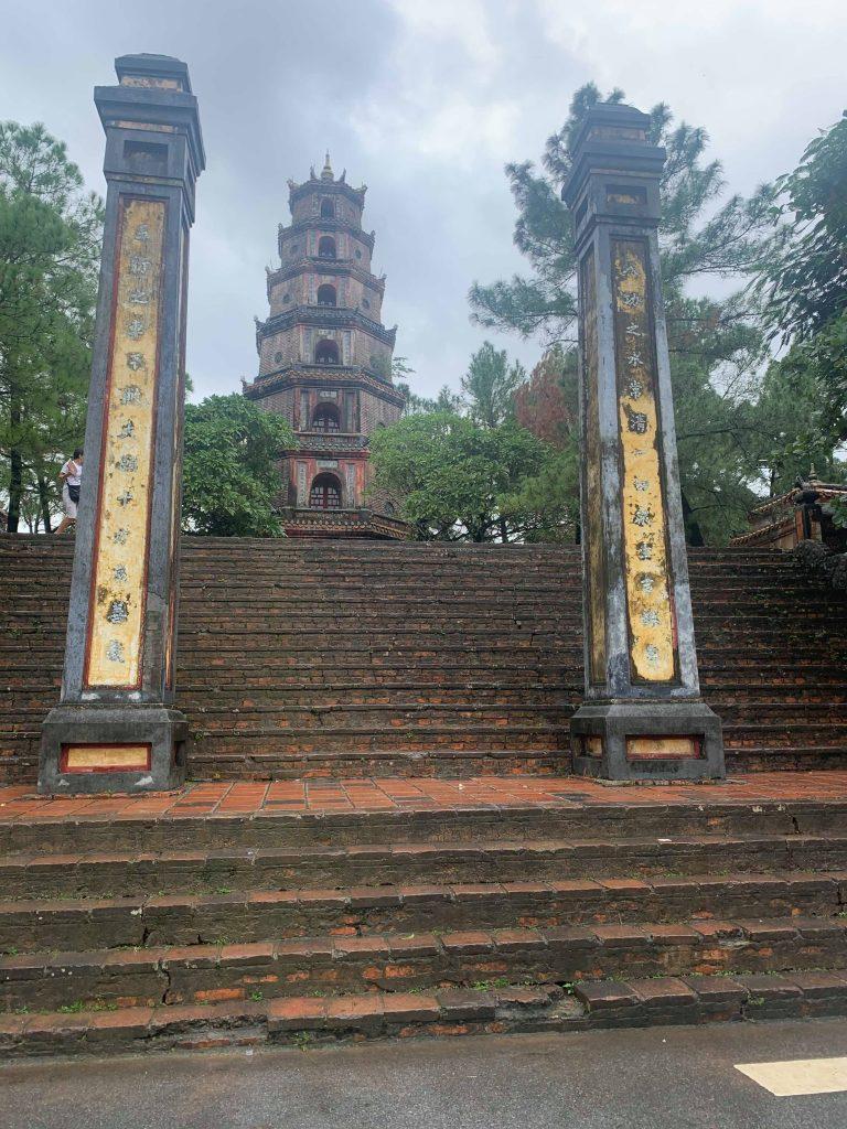 Thien Mu Pagoda i Hue med massive trapper foran