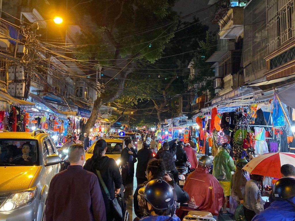 Stemningsbilde fra første kveldstur i Hanois gater. Trafikkbildet i Vietnam med biler, fotgjengere og alle mopedene i skjønn forening :)