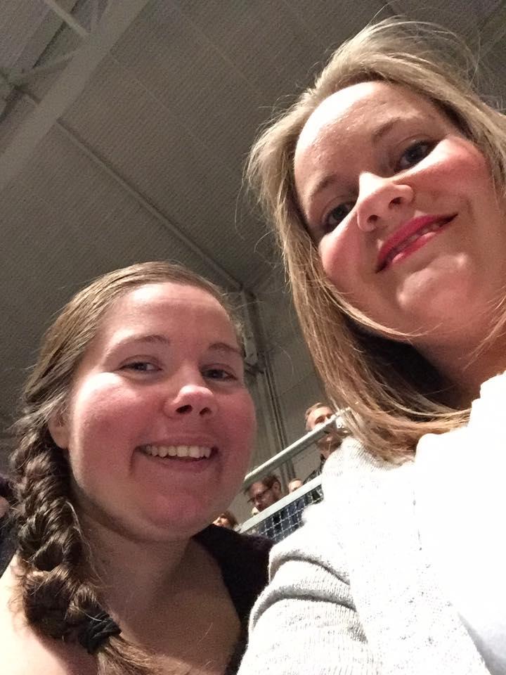 Selfie av Lena og Anne: konsertpyntet og blid!