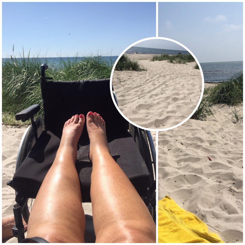 Strandbilde med solende føtter oppe rullestolen
