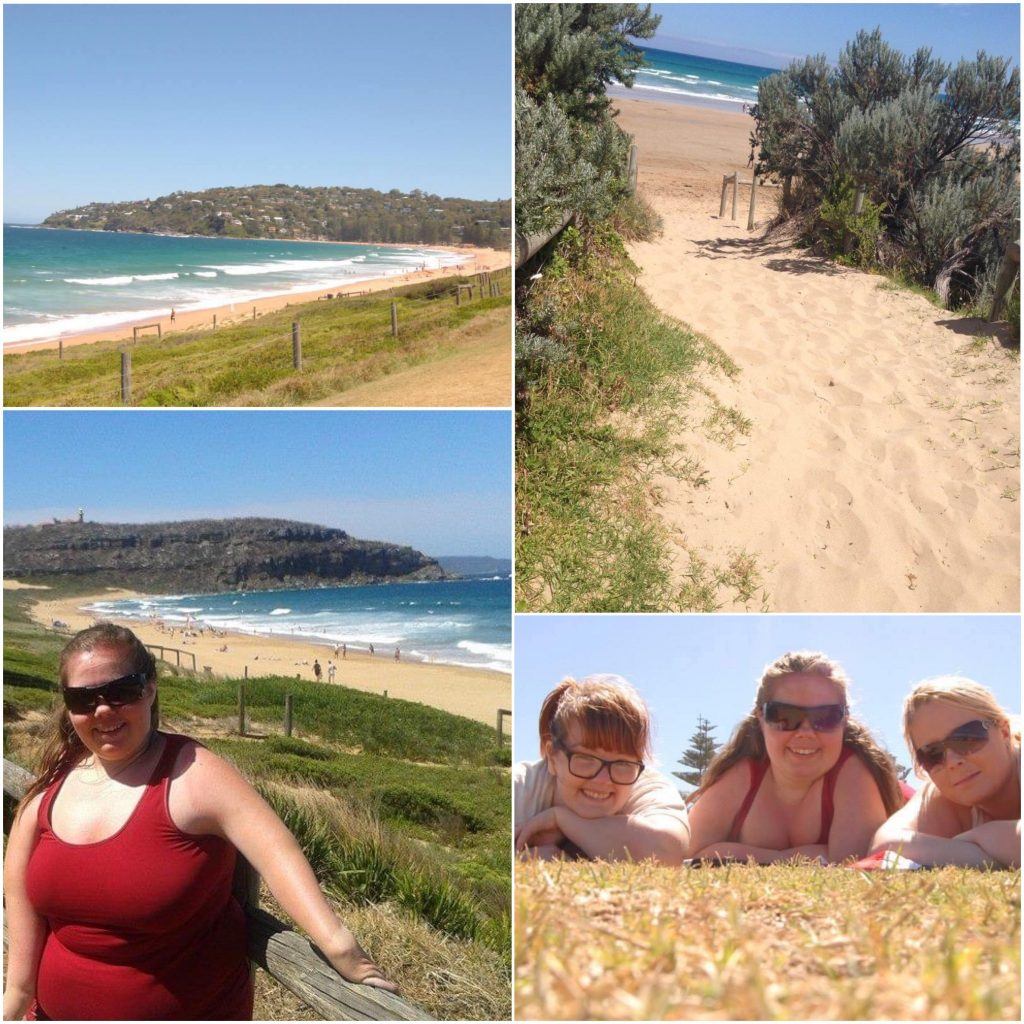 """Bildecollage fra """"Home and Away""""-stranda; sandsti ned mot stranda, oversiktsbilde og jenteselfie lliggende på bakken."""