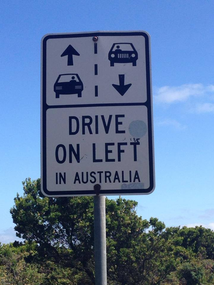 "Veiskilt med teksten ""drive on left in Australia"""