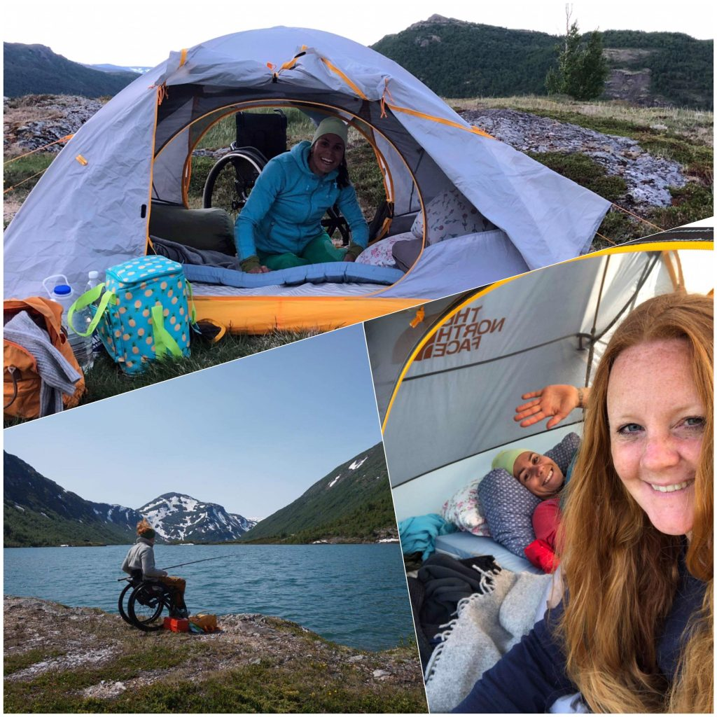 Tredelt bildecollage: Mariann i teltet sitt med rullestolen i bakgrunnen og reisevesker foran teltet. Guro fisker i fjellvannet. Blå himmel i bakgrunnen. Smilende turkamerat-selfie fra inni teltet.