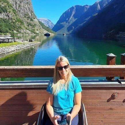 Bilde av Solvei med vannet og dalen i bakgrunnen