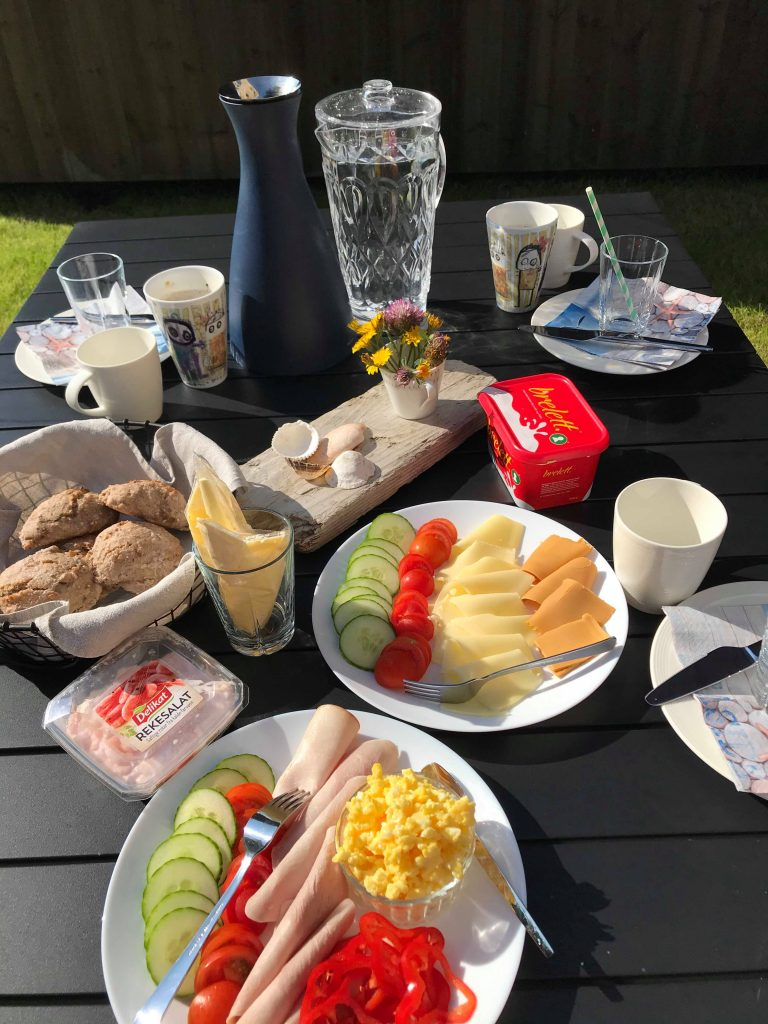 Dekket frokostbord ute i hagen