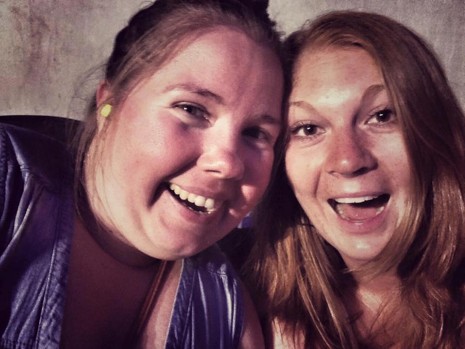 Selfie med Lena og Tina med store smil mot kamera