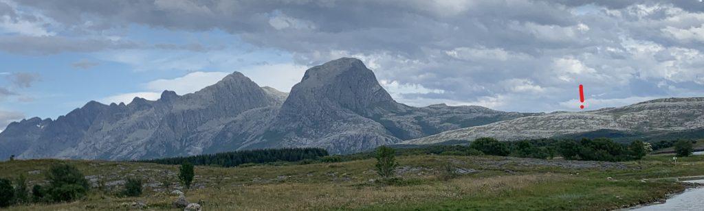 """Reisemålet markert med et utropstegn på Vettfjellet ved foten av fjellkjeden """"De syv søstre"""""""