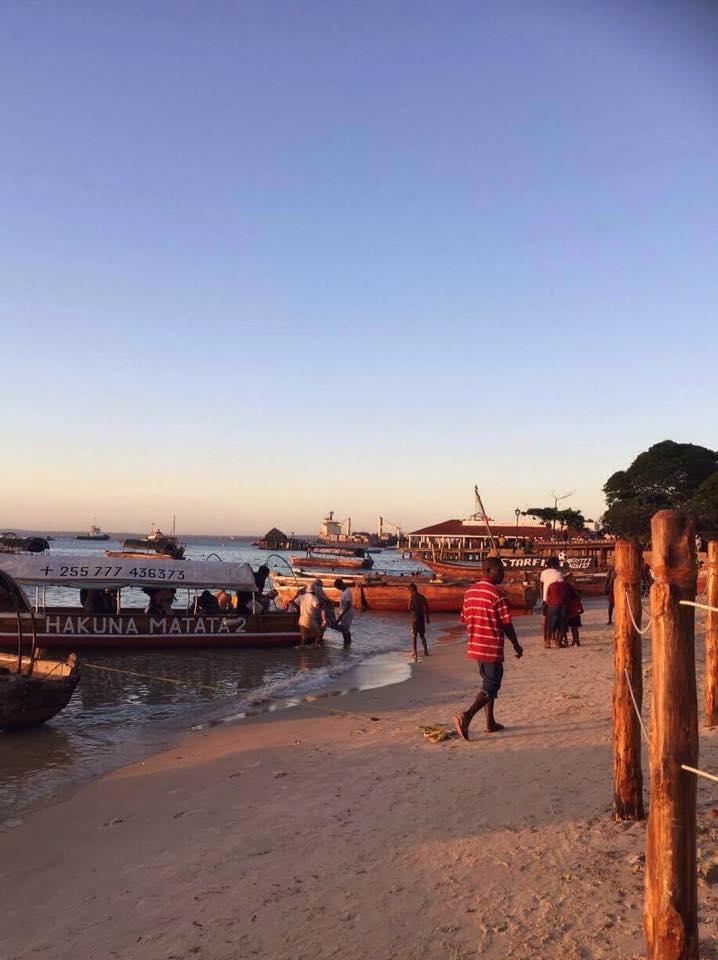 """Stemningsbilde fra Stone Towns strand. En av båtene kan vi se navnet på """"Hakuna Matata 2""""."""