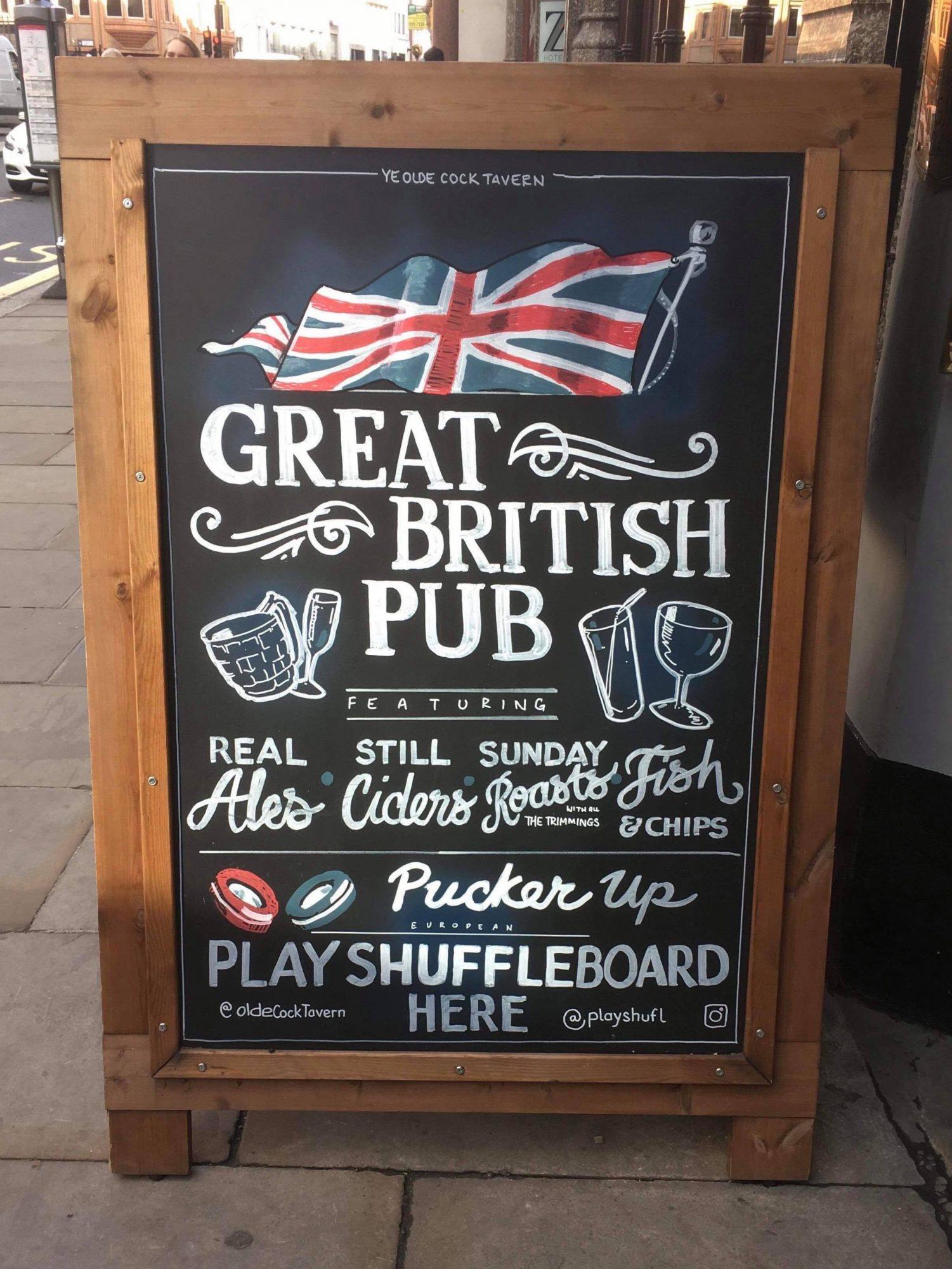 """Pubskilt stående på gata med bilde av det britiske flagget og bl.a. teksten """"Great British Pub"""""""