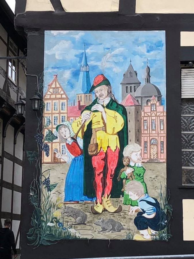 Veggmaleri av Rottefangeren på hjørnet av et bindeverkshus