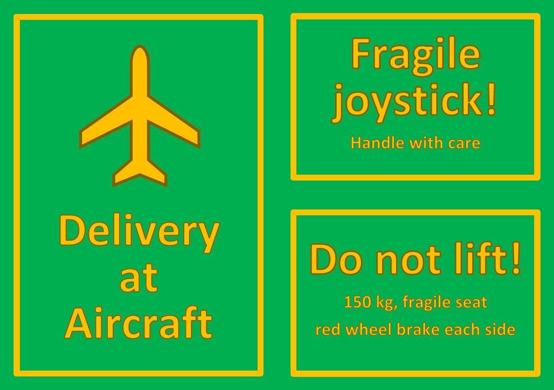 Grønne merkelapper med gul ramme og gul tekst. 1: bilde av fly og teksten Delivery at aircraft. 2: Teksten fragile joystick! Handle with care. 3: Teksten Do not lift! 150 kg, fragile seat, red wheel brake each side