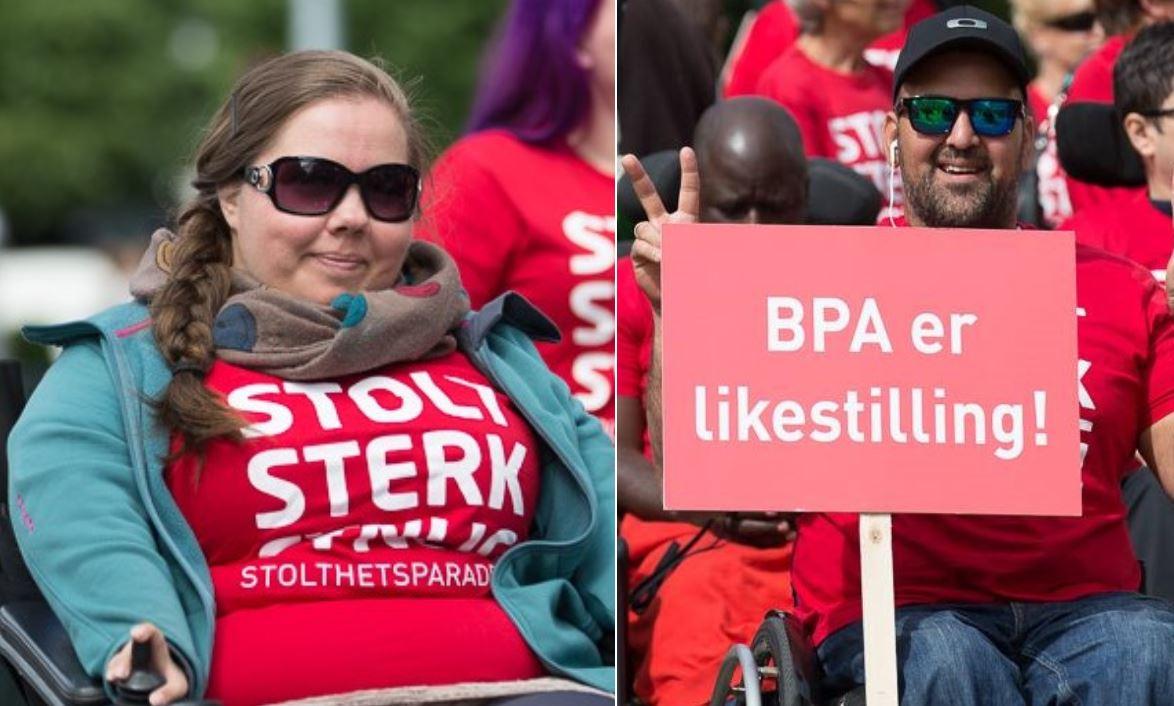"""Til venstre en smilende kvinne i elektrisk rullestol med tynt skjerf og solbriller på. Til høyre en smilende mann i manuell rullestol som gjør fredstegn og holder et rødt skilt med teksten """"BPA er likestilling!"""". Begge har på seg røde """"Stolt, sterk og synlig""""-t-skjorter."""